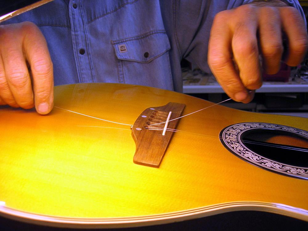 Neubesaitung der 12saitigen Gitarre nach der Wartung