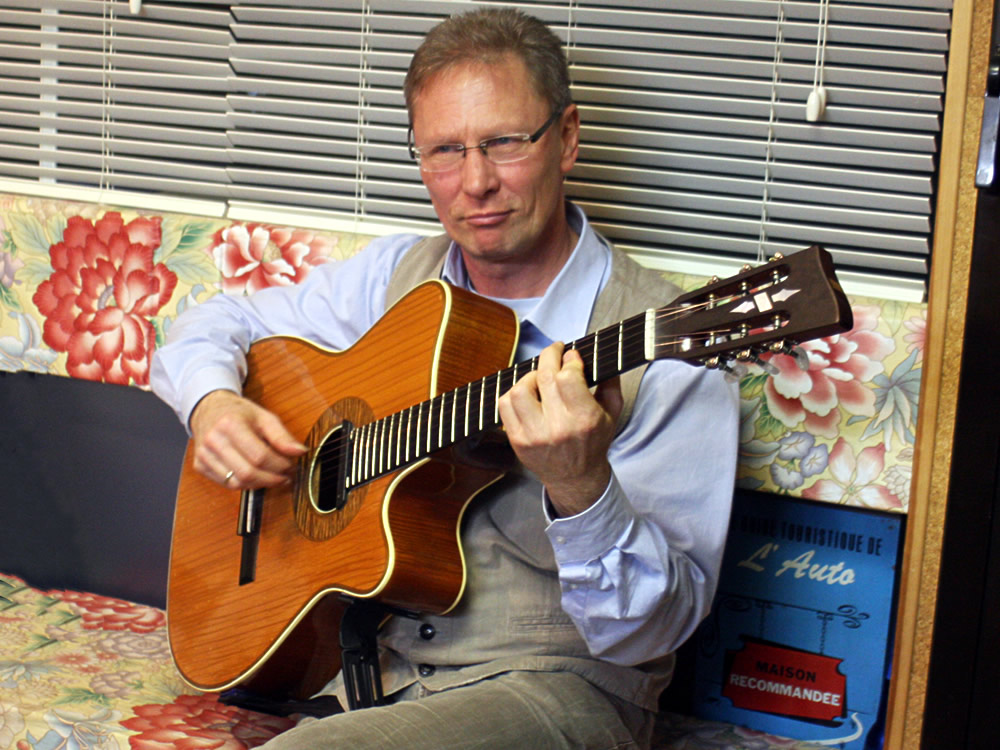 Uwe-Eschner with his restored Hoyerguitar